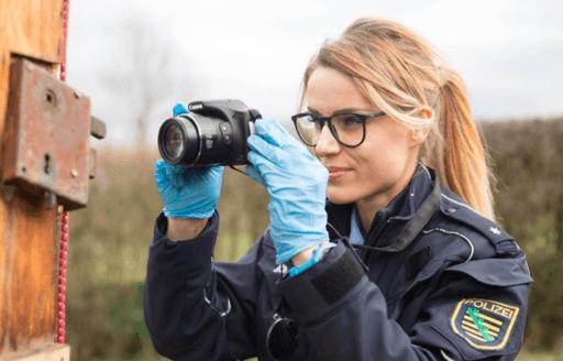 Adrienne Koleszar la policia más guapa de Alemania toma una difícil decisión devirales portada
